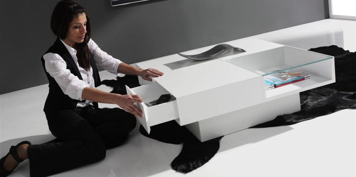 Mesa centro lacada con almacenaje, sensación de estar al aire por la base central