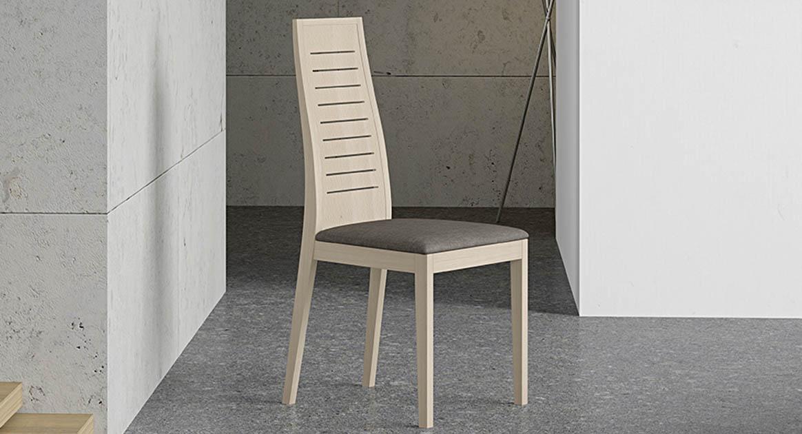 Silla en madera maciza con un diseño atemporal, posibilidad de elegir acabados y tapizados