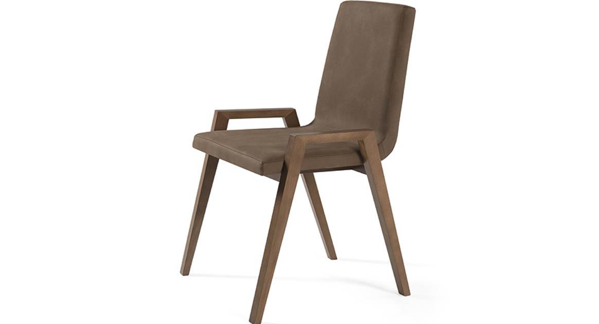 Silla con brazos de madera maciza muy cómoda y bonito diseño