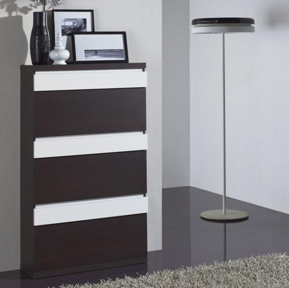Esta altura de zapatero permite aprovechar el espacio a lo alto almacenando más pares. Disponible en diferentes acabados